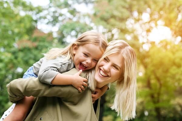 Το να γελάς μαζί με τα παιδιά σου από τα καλύτερα πράγματα που μπορείς να τους προσφέρεις.